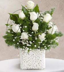 9 beyaz gül vazosu  Hakkari çiçekçi telefonları