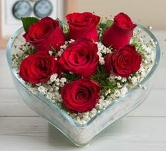 Kalp içerisinde 7 adet kırmızı gül  Hakkari İnternetten çiçek siparişi