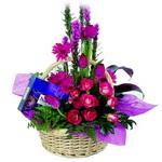 çikolata ve sepette çiçek   Hakkari İnternetten çiçek siparişi