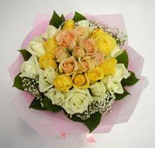 sari ve beyaz gül karisimda   Hakkari çiçek satışı