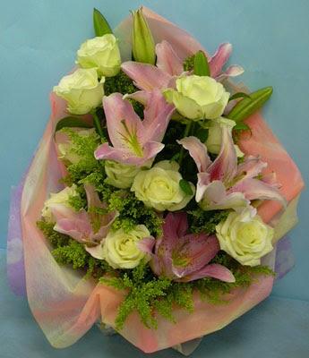 11 adet gül ve 2 adet kazablanka buketi  Hakkari çiçek siparişi sitesi
