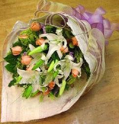 Hakkari çiçek siparişi sitesi  11 ADET GÜL VE 1 ADET KAZABLANKA