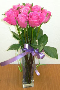 cam vazo içerisinde 11 adet gül  Hakkari çiçek siparişi sitesi