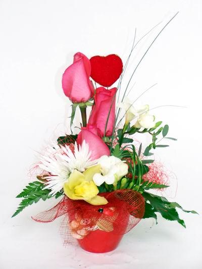 Hakkari çiçek , çiçekçi , çiçekçilik  cam içerisinde 3 adet gül ve kir çiçekleri