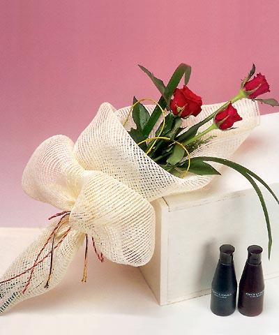 3 adet kalite gül sade ve sik halde bir tanzim  Hakkari çiçekçiler