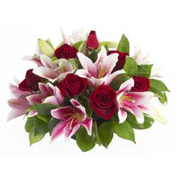 güller ve kazablnaklardan aranjman  Hakkari 14 şubat sevgililer günü çiçek