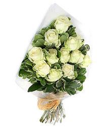 Hakkari yurtiçi ve yurtdışı çiçek siparişi  12 li beyaz gül buketi.