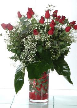 Hakkari kaliteli taze ve ucuz çiçekler  11 adet kirmizi gül ve cam yada mika vazo tanzim