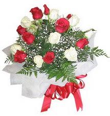Hakkari çiçek satışı  12 adet kirmizi ve beyaz güller buket