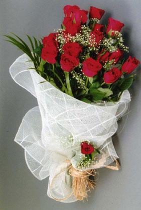 10 adet kirmizi güllerden buket çiçegi  Hakkari güvenli kaliteli hızlı çiçek