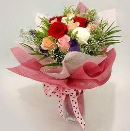 Karisik renklerde 11 adet gül buketi  Hakkari çiçek yolla