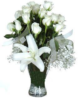 cam içerisinde 11 beyaz gül ve 1 kazablanka  Hakkari çiçekçi mağazası