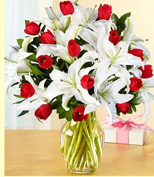 Hakkari çiçekçi mağazası  3 kazablanka 10 kırmızı gül vazosu
