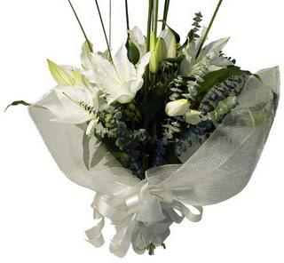 Hakkari hediye çiçek yolla  2 dal kazablanka çiçek buketi