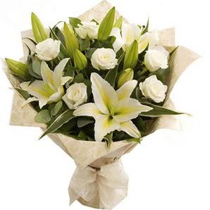 Hakkari 14 şubat sevgililer günü çiçek  3 dal kazablanka ve 7 adet beyaz gül buketi