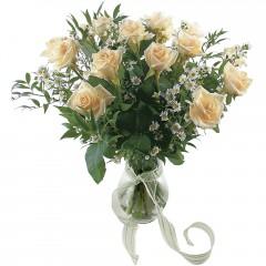 Vazoda 8 adet beyaz gül  Hakkari uluslararası çiçek gönderme