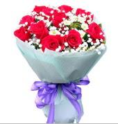 12 adet kırmızı gül ve beyaz kır çiçekleri  Hakkari hediye çiçek yolla