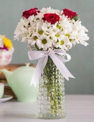 Papatya Ve Güllerin Uyumu camda  Hakkari İnternetten çiçek siparişi