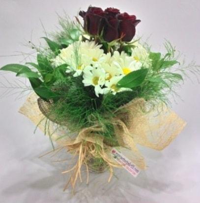 5 adet kırmızı gül ve kırızantem buketi  Hakkari online çiçek gönderme sipariş