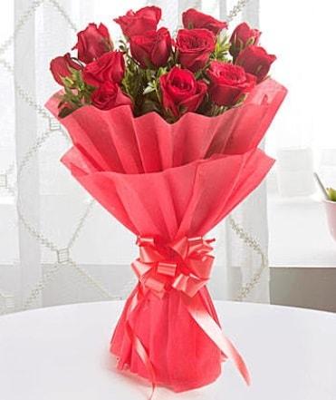 12 adet kırmızı gülden modern buket  Hakkari çiçek gönderme sitemiz güvenlidir