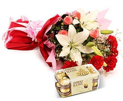 Karışık buket ve kutu çikolata  Hakkari çiçek satışı