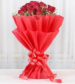 12 adet kırmızı gül buketi  Hakkari ucuz çiçek gönder