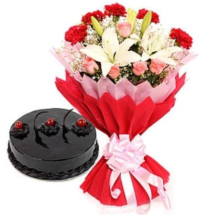 Karışık mevsim buketi ve 4 kişilik yaş pasta  Hakkari hediye çiçek yolla